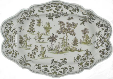 """Grand plat en céramique à bord contourné, décor en camaïeu vert et manganèse dit """"aux grotesques"""". Moustiers-Sainte-Marie, atelier Olérys, XVIIIe siècle"""