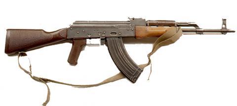 """Fusil d'assaut """"Kalachnikov"""" fabriqué en Russie, en Chine et en Roumaine depuis 1947"""